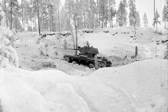 Wikimedia Commons / Public Domain nuotr./Sniege klimpstantis sovietinis T-26 tankas
