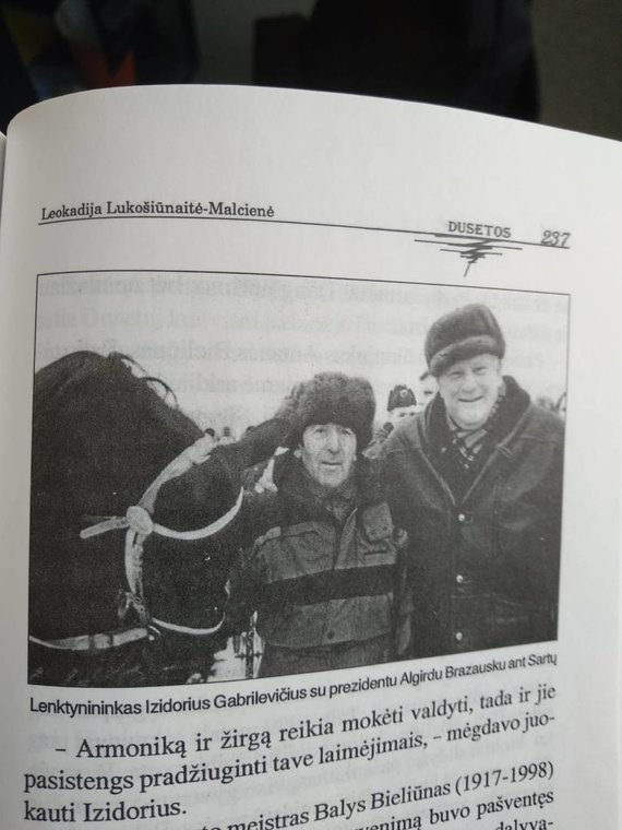 """Nuotr. iš Leokadijos Lukošiūnaitės-Malčienės knygos """"Dusetos""""/Algirdas Brazauskas ir vyriausias 1997 m. Sartų lenktynių dalyvis Izidorius Gabrilevičius"""