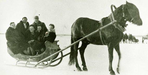 Zarasų krašto muziejaus nuotr. /Žiūrovai važinėjasi Sartų ežero ledu, 1938 m