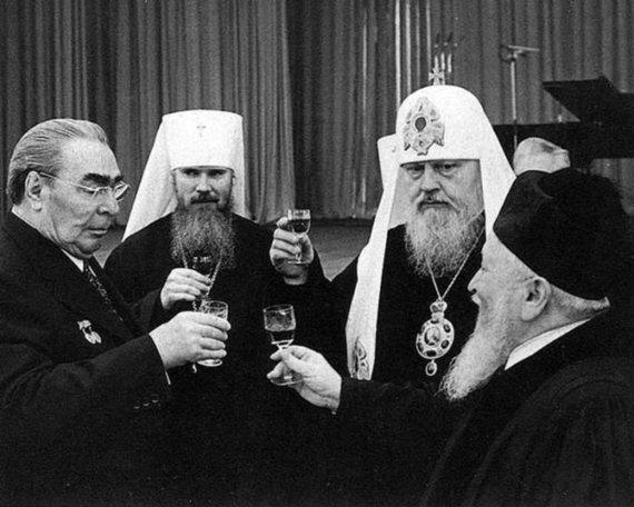 Wikimedia Commons nuotr. /Alkoholio vartojimas sovietmečiu, kairėje Leonidas Brežnevas