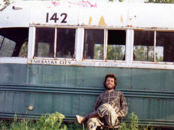 Wikipedia Commons nuotr./Chrisas McCandlessas prie autobuso