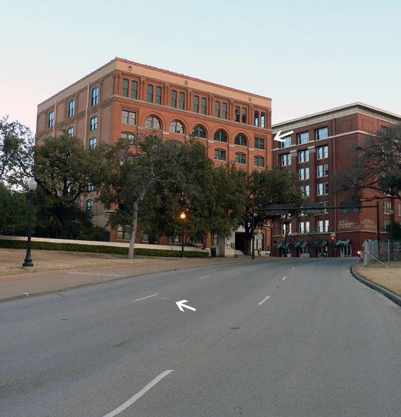 Wikimedia Commons nuotr./Apatinė rodyklę rodo, kur buvo limuzinas, kuomet nuaidėjo šūviai, viršutinė rodyklė – langą, pro kurį šauta