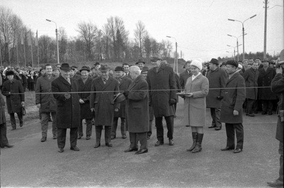 LCVA, 0-050519 /LSSR Ministrų tarybos pirmininko pirmasis pavaduotojas Ksaveras Kairys 1970 m. lapkričio 3 d. perkerpa juostelę, atidarant automagistralę Vilnius-Kaunas.