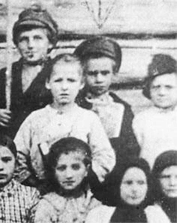 Wikimedia Commons / Public Domain nuotr./Vienintelė nuotrauka, kur tikrai žinoma, kad užfiksuotas Pavlikas Morozovas. Jis antroje eilėje, viduryje