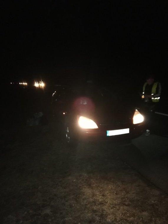 Skaitytojų nuotr. /Automobilis autostrados kelkraštyje po pasivažinėjimo per duobę
