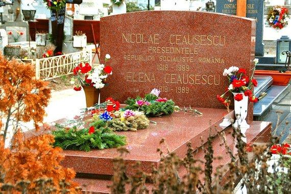 Wikimedia Commons nuotr./Nicolae Ceausescu ir jo žmonos Elenos kapas