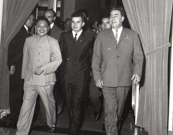 Wikimedia Commons nuotr./Nicolae Ceausescu su Deng Xiaopingu ir Leonidu Brežnevu