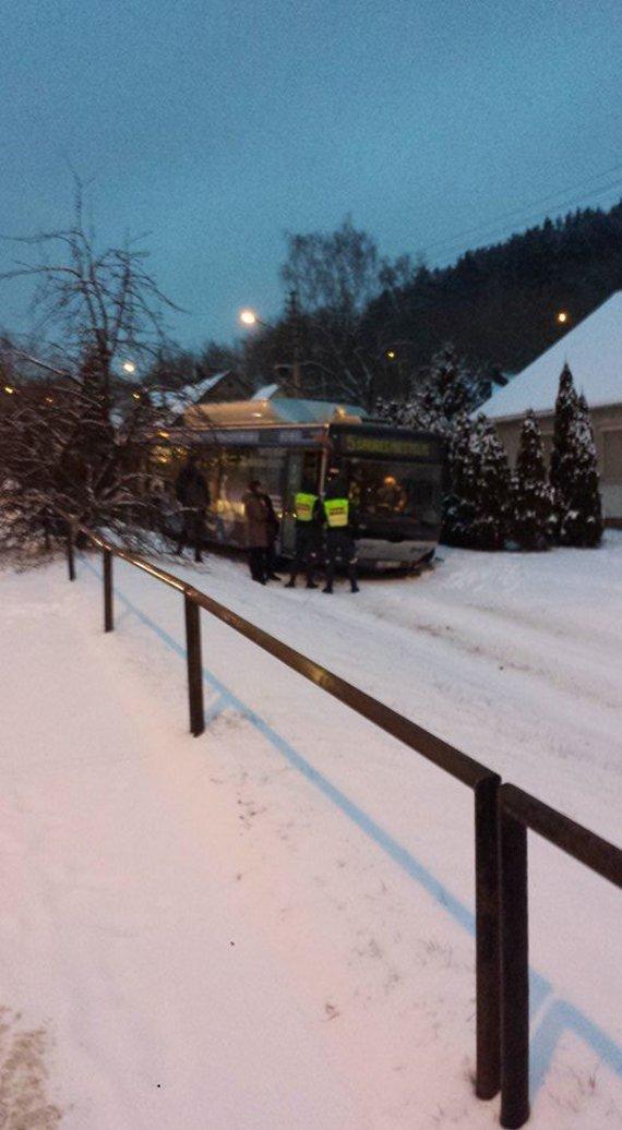 Skaitytojo nuotr./Vilniuje nuo kelio nuvažiavo autobusas