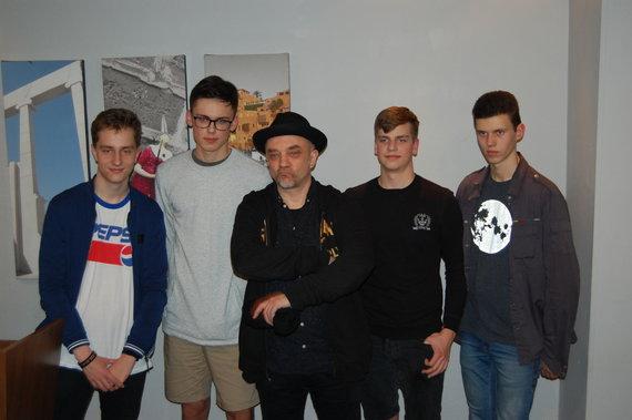 Izraelio ambasados nuotr./Andrius Mamontovas su Lietuvos moksleiviais Izraelyje