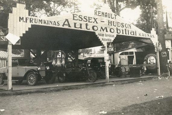 tb.lt nuotr. /Atuomobiliais prekiauvusio M. Frumkino stendas Lietuvos žemės ūkio ir pramonės parodoje.