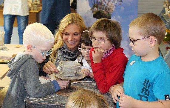 Organizatorių archyvo nuotr./Dirbtuvių organizatorė Eglė Jokužytė pažadėjo, kad su vaikų pagalba nulipdyta saldaininė bus pripildyta skanėstais