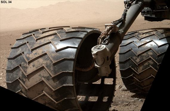 """NASA nuotr./Marsaeigio """"Curiosity"""" ratai 34 dieną Marse"""