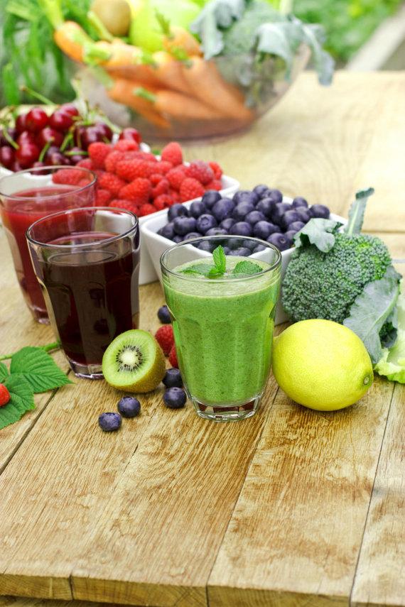Vasariški vaisių ir daržovių kokteliai.