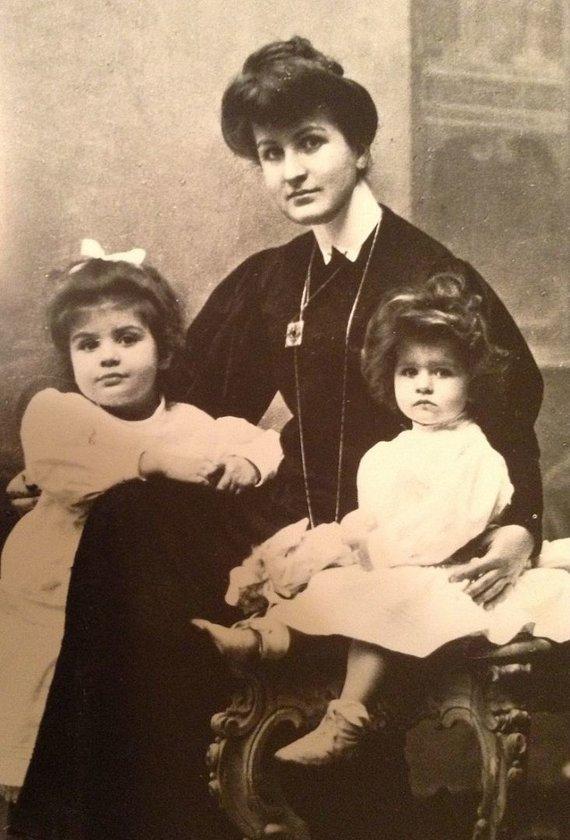 wikipedia.org nuotr./Alma Mahler su dukromis Maria (kairėje) ir Anna, 1906 m.