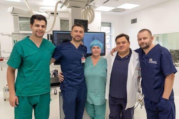 E.Kurausko nuotr./Iš kairės į dešinę: gydytojas intervencinis radiologas Givi Lengvenis, Intervencinės radiologijos skyriaus vedėjas Audrius Širvinskas, operacinės slaugytoja Virginija Augutienė, gydytojas kraujagyslių chirurgas Artūras Mackevičius, gydytojas intervencinis radiologas Andrej Afanasjev.