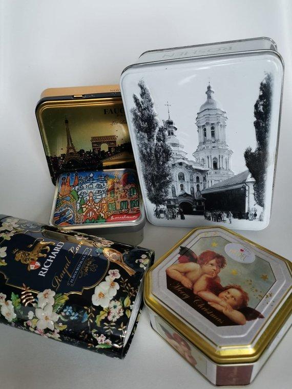 A.Filipavičiūtės-Navikauskės nuotr./Metalinės dėžutės – saldainių, arbatos.