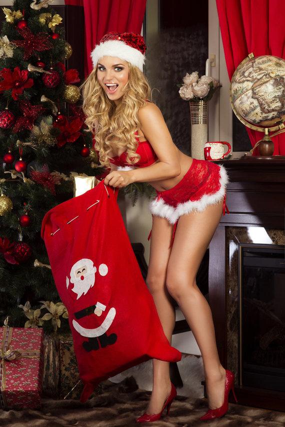 Shutterstock nuotr./Seksuali mergina prie eglutės.