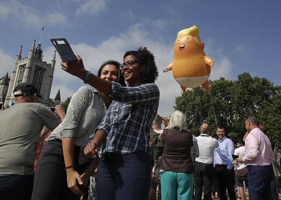 """""""Scanpix""""/AP nuotr./Londone į orą pakilo didžiulis """"Kūdikį Trumpą"""" vaizduojantis balionas"""