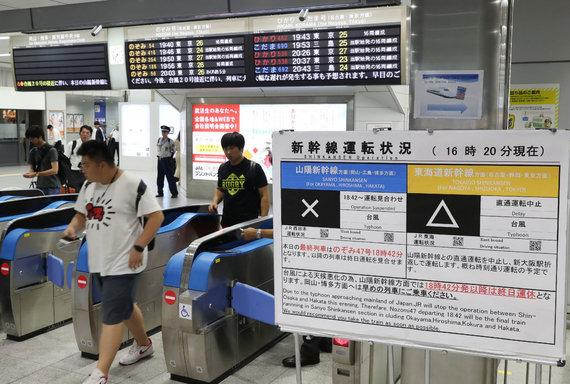 """AFP/""""Scanpix"""" nuotr./Japoniją pasiekęs smarkus taifūnas Cimaron sutrikdė susisiekimą"""