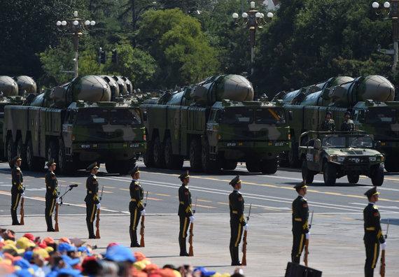 """AFP/""""Scanpix"""" nuotr./Vidutinio nuotolio balistinės raketos kariniame parade Pekine"""