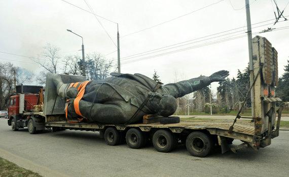"""AFP/""""Scanpix"""" nuotr./Zaporožėje išmontuotas V.Lenino paminklas"""