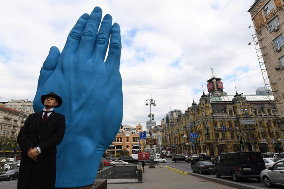 """AFP/""""Scanpix"""" nuotr./V.Lenino statulas Ukrainos miestuose keičia meno instaliacijos, bet daugeliu atvejų paliktas savotiškas vakuumas"""