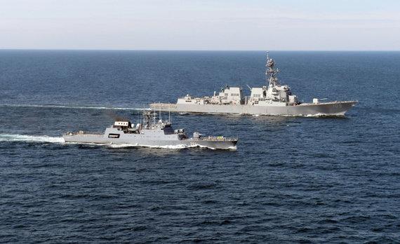 """AFP/""""Scanpix"""" nuotr./JAV ir Rumunijos karo laivai Juodojoje jūroje"""