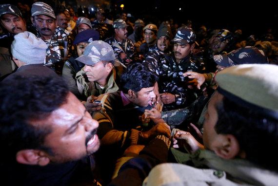 """""""Reuters""""/""""Scanpix"""" nuotr./Protestuotojai Indijoje"""