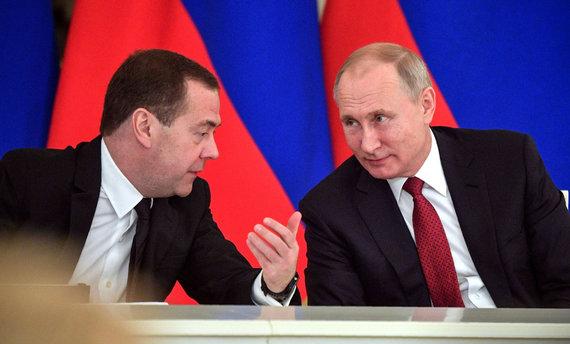 """AFP/""""Scanpix"""" nuotr./Dmitrijus Medvedevas ir Vladimiras Putinas"""