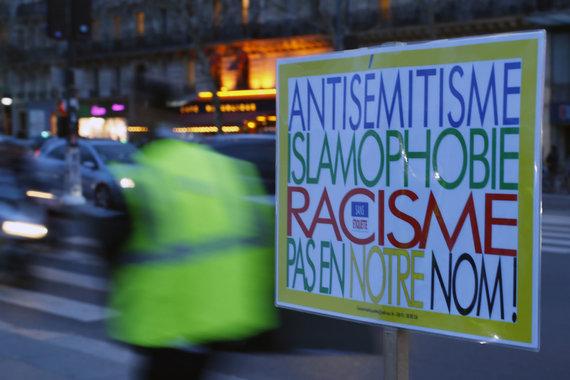 """""""Scanpix""""/AP nuotr./Plakate pasisakoma prieš antisemitizmą, islamofobiją ir rasizmą"""