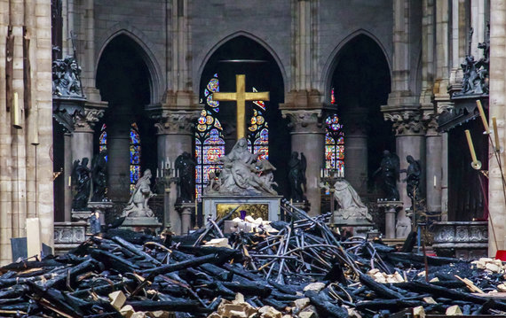 """Scanpix""/AP nuotr./Apdegusios Dievo Motinos katedros vidus"
