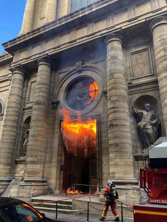 """""""Reuters""""/""""Scanpix"""" nuotr./Deganti Šv. Sulpiso bažnyčia Paryžiuje"""