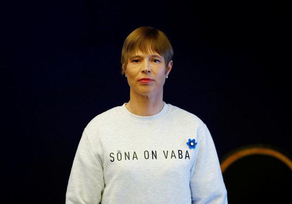 """""""Reuters""""/""""Scanpix"""" nuotr./Kersti Kaljulaid pasipuošė džemperiu su užrašu """"Žodis yra laisvas"""""""