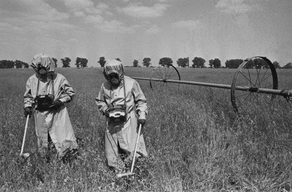 """""""Scanpix"""" nuotr./Ukrainos laukuose matuojamas radiacijos lygis"""