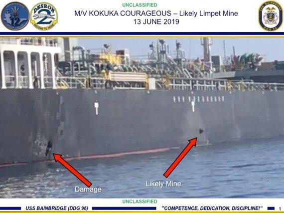 """""""Reuters""""/""""Scanpix"""" nuotr./JAV pajėgų paskelbta nuotrauka, kurioje matoma nuo tanklaivio korpuso dar nenuplėšta mina (dešinėje)"""