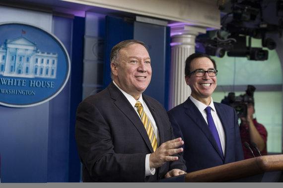 """""""Scanpix""""/AP nuotr./Mike'as Pompeo ir Steve'as Mnuchinas šioje spaudos konferencijoje turėjo dalyvauti su Johnu Boltonu, bet šis buvo atleistas"""