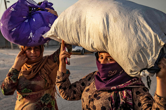 """AFP/""""Scanpix"""" nuotr./Nuo bombardavimų bėgantys kurdai civiliai"""