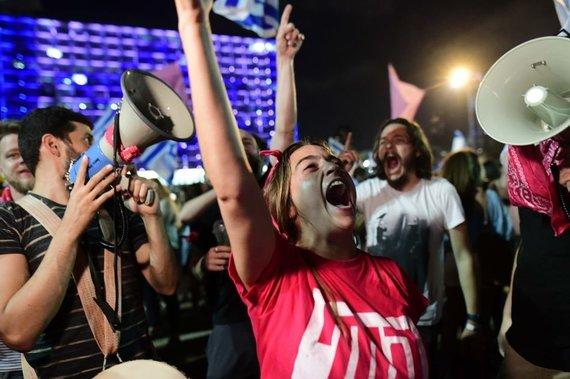 ZUMAPRESS / Scanpix nuotr./Izraeliečiai Tel Avive švenčia B.Netanyahu pasitraukimą į opoziciją