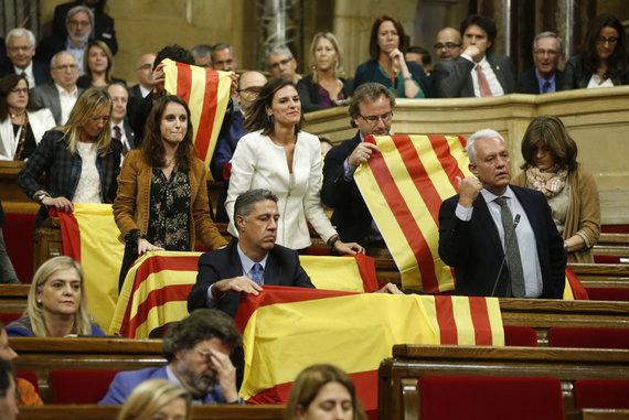 """""""Scanpix""""/AP nuotr./Liaudies partijos deputatai savo vietose paliko Ispanijos vėliavas"""