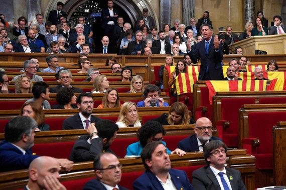 """AFP/""""Scanpix"""" nuotr./Liaudies partijos deputatai savo vietose paliko Ispanijos vėliavas"""