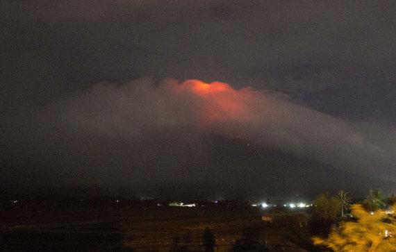 """""""Scanpix""""/AP nuotr./Pastarąją parą Majono viršūnę purtė vulkaniniai drebėjimai ir akmenų griūtys bei įvyko keli garų išsiveržimai"""