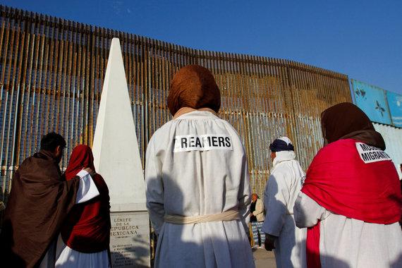 """""""Reuters""""/""""Scanpix"""" nuotr./""""Svajotojai"""" prie JAV ir Meksikos sienos"""
