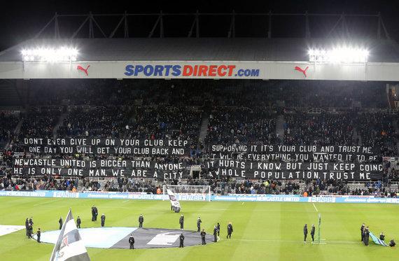"""""""Scanpix""""/""""PA Wire""""/""""Press Association Images"""" nuotr./""""Newcastle United"""" aistruolių išskleistas plakatas"""