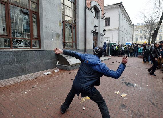 """AFP/""""Scanpix"""" nuotr./Kijeve siautėjo Ukrainos nacionalistai"""