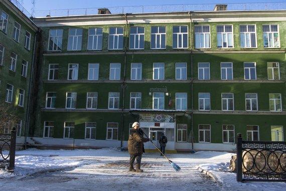 """""""Scanpix""""/AP nuotr./Moteris šluoja gatvę Žemutiniame Tagile, dar vadinamame Putingradu"""