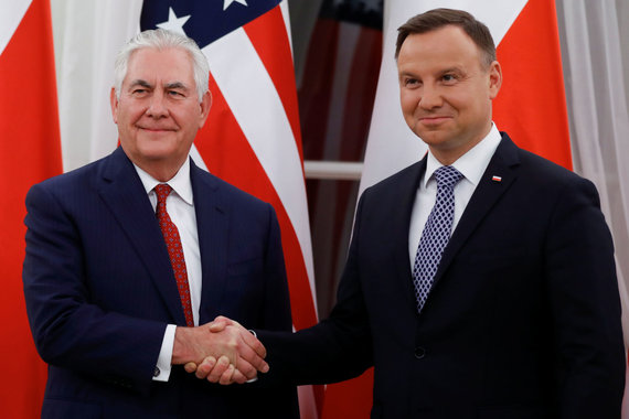 """Reuters""/""Scanpix"" nuotr./R.Tillersonas (kairėje) ir A.Duda Varšuvoje"