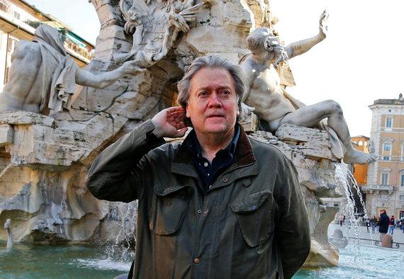 """""""Reuters""""/""""Scanpix"""" nuotr./Stephenas Bannonas pozuoja nuotraukai Italijos sostinėje Romoje"""
