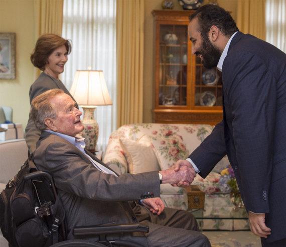 "AFP / ""Scanpix"" nuotr. / Mohammedas bin Salmanas su George'u H.W.Bushu"