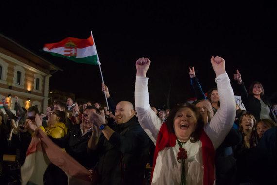"""""""Scanpix""""/""""SIPA"""" nuotr./Viktoro Orbano ir """"Fidesz"""" šalininkai švenčia pergalę rinkimuose"""