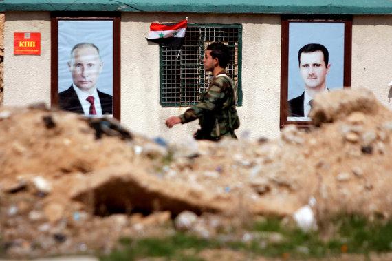 """""""Reuters""""/""""Scanpix"""" nuotr./Vladimiro Putino ir Basharo al Assado portretai Rytų Gutoje"""